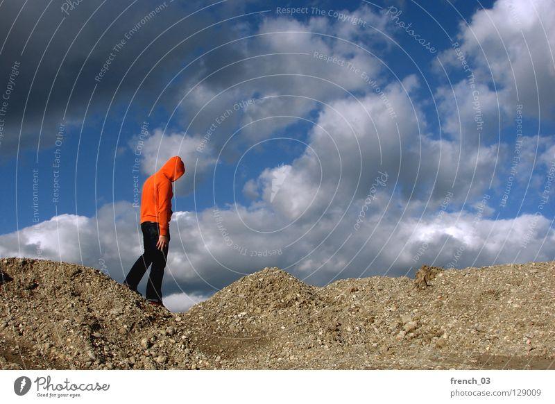 Lass den Kopf nicht hängen Mensch Kapuze Pullover Jacke weiß See Denken Zwerg gesichtslos maskulin unerkannt Kapuzenpullover Hand zyan Wolken schlechtes Wetter