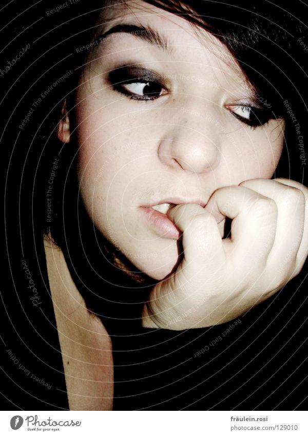 Black is Back schwarz dunkel Hand Ernährung Langeweile Verzweiflung Gedanke verloren Denken schön rein Liebeskummer Frau bleich smoky-eyes blick abwenden