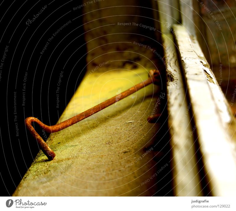 Am Fenster Haken Befestigung verfallen Fensterrahmen Putz Fensterbrett nutzlos Demontage Sanieren Bauwerk Vergänglichkeit Detailaufnahme Farbe Rost alt