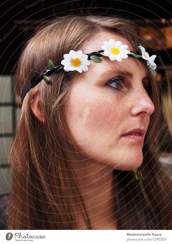 Blumenkind III Stil feminin Junge Frau Jugendliche 1 Mensch Accessoire Blumenkranz brünett Freundlichkeit schön natürlich Farbfoto Tag Porträt Wegsehen