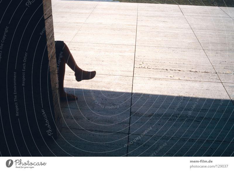 pause Mensch ruhig Erholung Schuhe Zufriedenheit sitzen Pause Gelassenheit atmen Knie Siesta Schattenspiel Mittagssonne