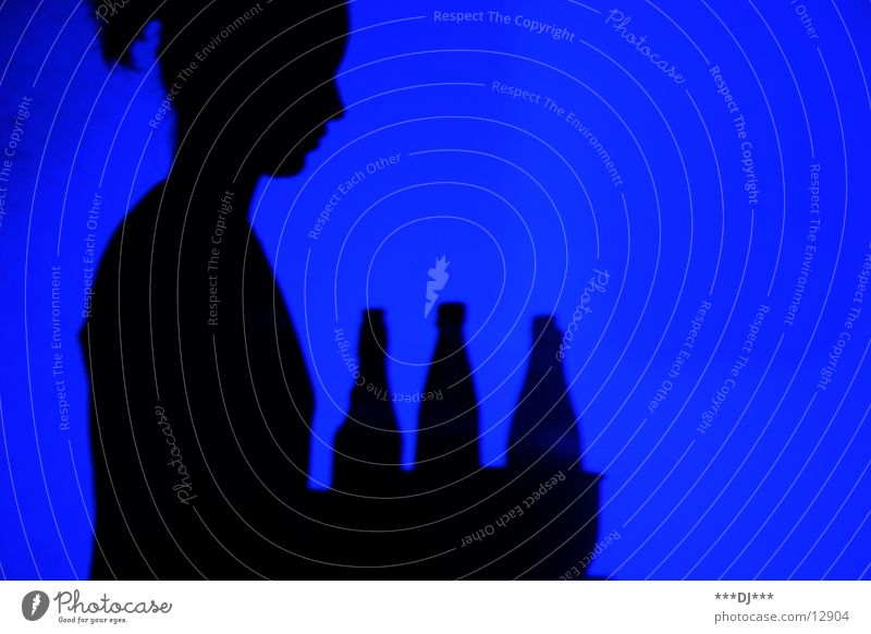 Bier her, Bier her...!!! Frau Getränk bringen dienen Projektor blau Schatten Dienstleistungsgewerbe