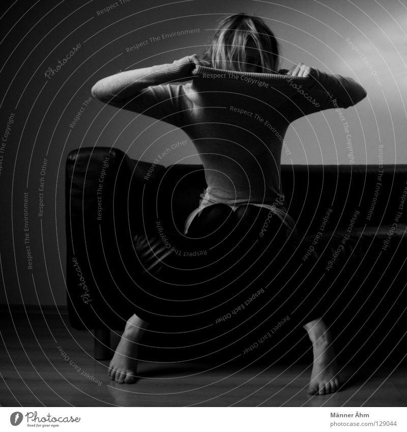 Zerreißprobe. Körperhaltung Frau Sofa Leder schwarz weiß grau Möbel lümmeln hocken Oberschenkel Unterschenkel hängenbleiben Kleid Strumpfhose Nylon Strümpfe