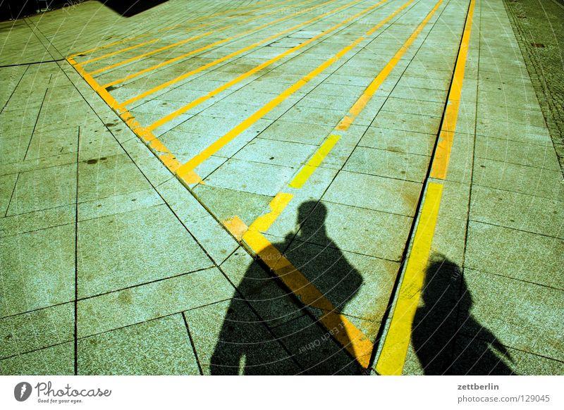 Schatten Frau Mensch Mann Paar 2 Schilder & Markierungen Perspektive Treppe Platz paarweise Streifen Verkehrswege Partnerschaft Warnhinweis Treppenabsatz
