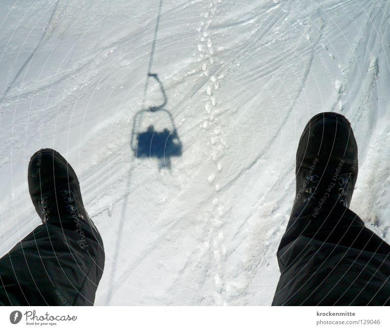 Der Traum vom Fliegen weiß Winter schwarz Schnee fliegen sitzen Schuhe Güterverkehr & Logistik Kabel Skifahren Spuren Schweben Surrealismus Wintersport Winterurlaub Skilift