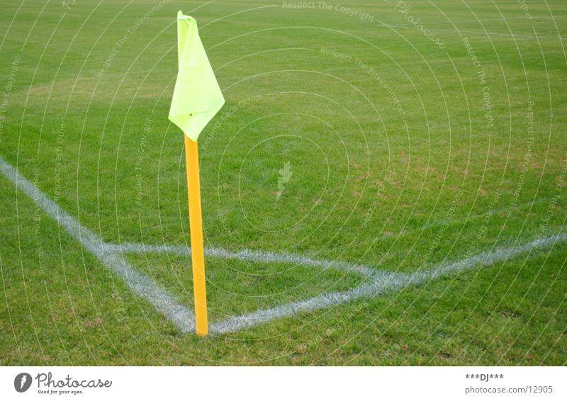 Ich dachte es gibt an jeder Ecke einen Döner! Gras Fahne gelb Eckstoß Spielfeld Spielen Sport Fußball Rasen Verein Grenze