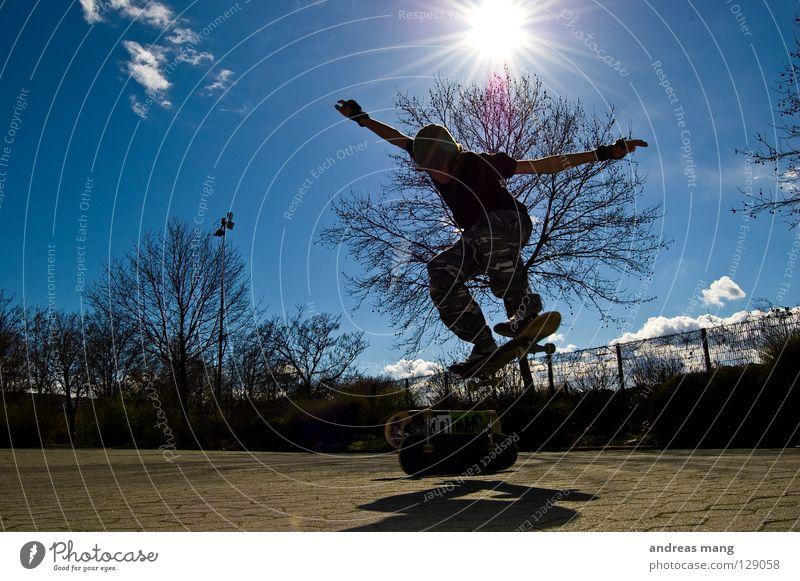 2 Decks Ollie Himmel Baum Sonne blau Sport springen Stil fliegen hoch Aktion Skateboarding Strahlung Zaun Parkplatz parken Rolle