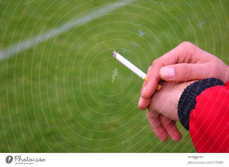 Die Sucht - Das Rauchen Zigarette Hand Finger Gras Fußballplatz Spielen kalt Freizeit & Hobby Rasen Linie Glimmstengl Suche