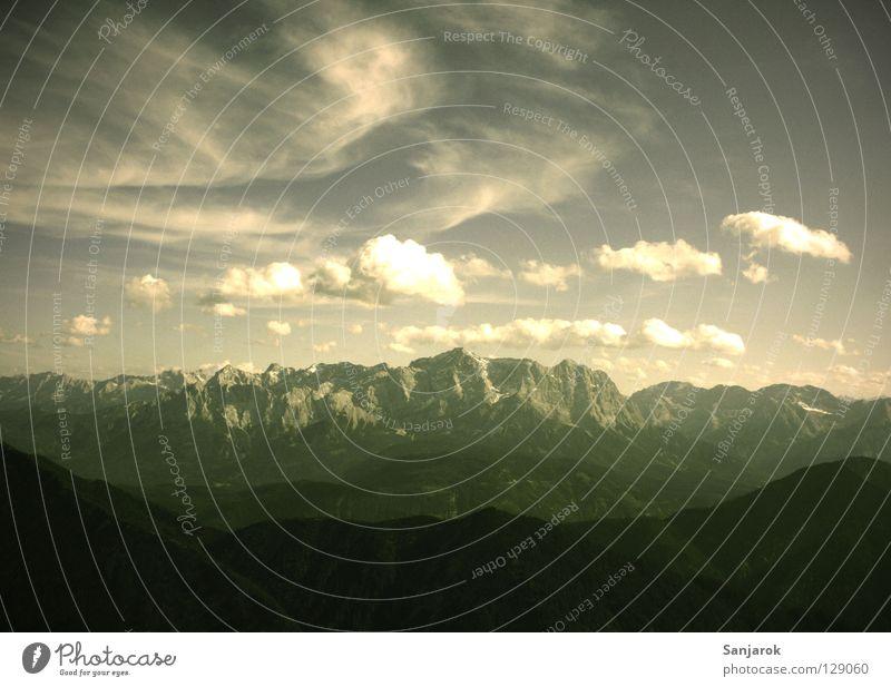 Zugspitz' in alten Zeiten Zugspitze Hochgebirge Bergsteigen wandern Wolken Cirrus Altokumulus floccus Kumulunimbus Stein Felswand zerbröckelt Erosion Sommer