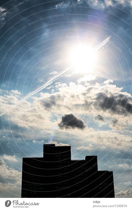 verdunkelt Himmel Wolken Sonne Sonnenlicht Schönes Wetter Skyline Menschenleer Haus Hochhaus Gebäude Fassade leuchten bedrohlich eckig groß hoch Stadt blau