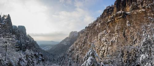 Winterzauber in der Böhmischen Schweiz Himmel Natur blau Baum Landschaft Wolken Wald Berge u. Gebirge Umwelt Schnee Glück Stein braun Felsen Sand