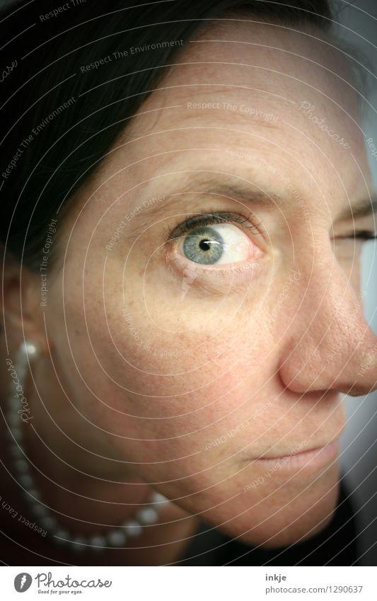 Ich riskiers einfach mal... Mensch Frau Gesicht Erwachsene Auge Leben Gefühle Stil Lifestyle Freizeit & Hobby beobachten Neugier entdecken Wachsamkeit Kontrolle nerdig