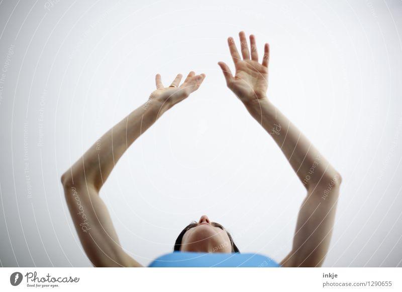 beschwichtigen Lifestyle sprechen Frau Erwachsene Leben Arme Hand 1 Mensch Kommunizieren hell blau weiß Vor hellem Hintergrund gestikulieren beruhigend