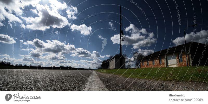 Der Weg ist so lang. Wolken Baum Haus rot weiß grün Dach Physik strahlend Weitwinkel Wiese Feld Elektrizität Strommast verloren Ferne Trauer Erschöpfung