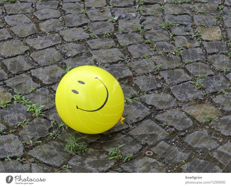Have a nice day Freude gelb Gefühle lustig grau Stimmung liegen Kindheit Fröhlichkeit Kommunizieren rund Freundlichkeit Luftballon Kopfsteinpflaster Optimismus