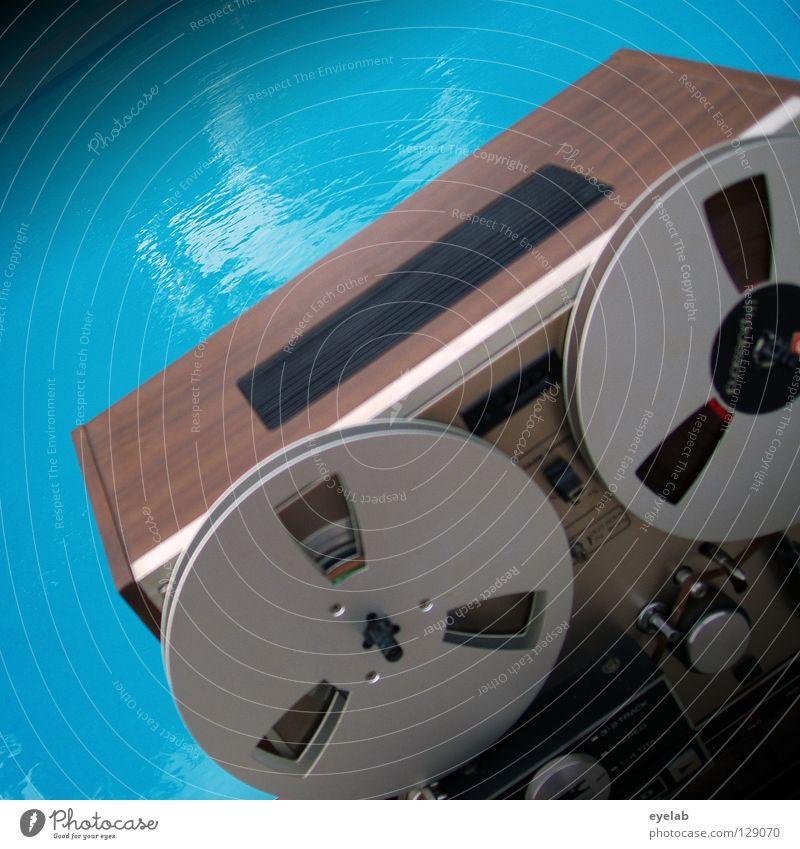 Anna log nah am Wasser Tonband Tonbandgerät stoppen Schwimmbad Elektrisches Gerät Sommer retro stereo mono Reflexion & Spiegelung Baum hören magnetisch analog