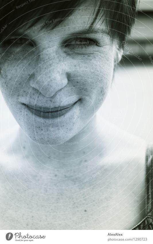 Junge Frau mit vielen Sommersprossen und Grüben lächelt in die Kamera Ausflug Flirten Jugendliche Grübchen 18-30 Jahre Erwachsene Kleid brünett kurzhaarig