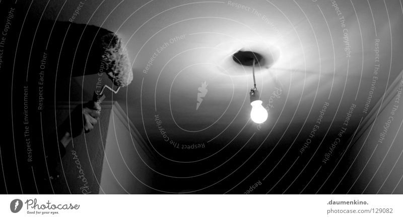 white room Licht Wand Arbeit & Erwerbstätigkeit Hand Glühbirne Lampe Elektrizität glühen weiß Anstrich Raum Finger löschen neutral Vergänglichkeit Handwerk