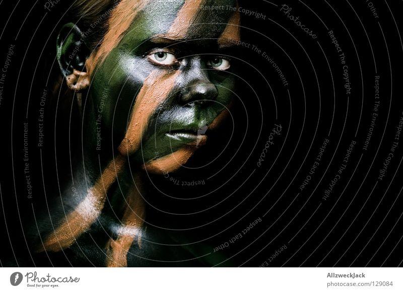 Camouflage Girl (1) Frau grün Gesicht schwarz dunkel Stil braun Kraft Angst Macht gefährlich Bad bedrohlich Frieden Maske streichen