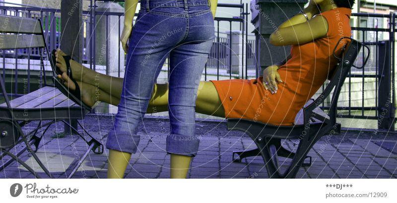 Ratschen! Frau blau rot Erholung sprechen Fuß Beine warten sitzen Jeanshose Bank stehen Flipflops