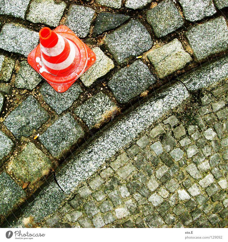 außenseiter weiß rot Straße Farbe Stein Sand dreckig Schilder & Markierungen Sicherheit gefährlich rund Bodenbelag bedrohlich Schutz Hut