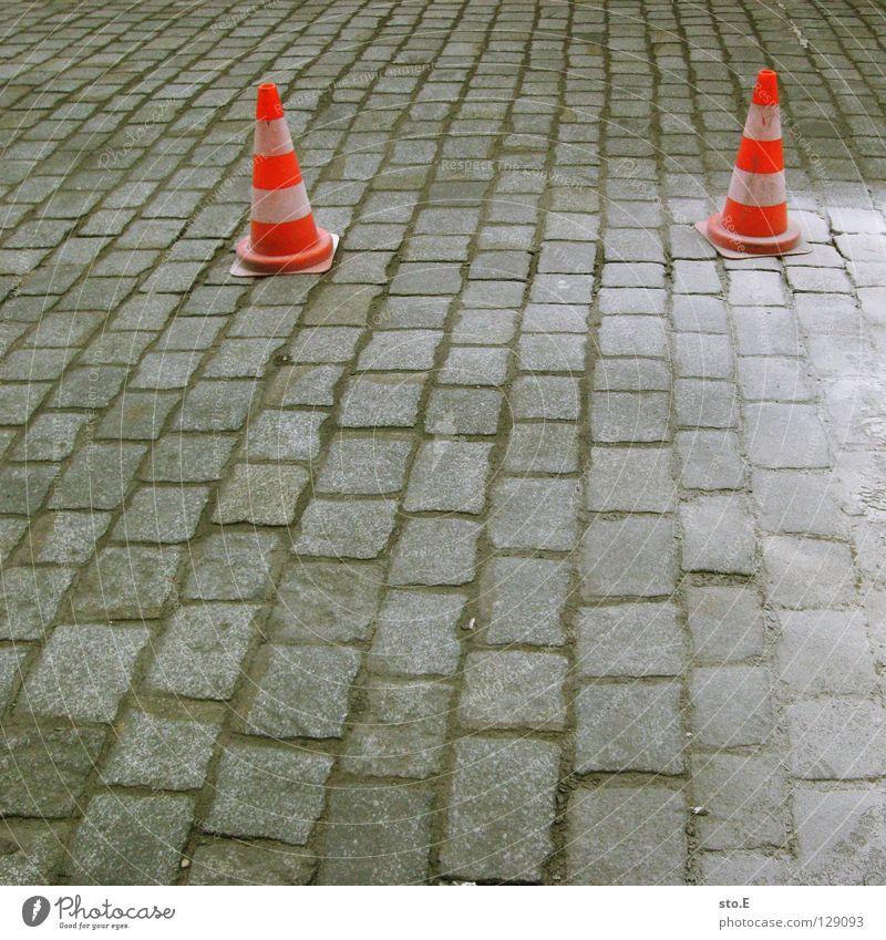 pärchenbildung weiß rot Straße Farbe Stein Sand dreckig Schilder & Markierungen Sicherheit gefährlich rund Bodenbelag bedrohlich Schutz Hut