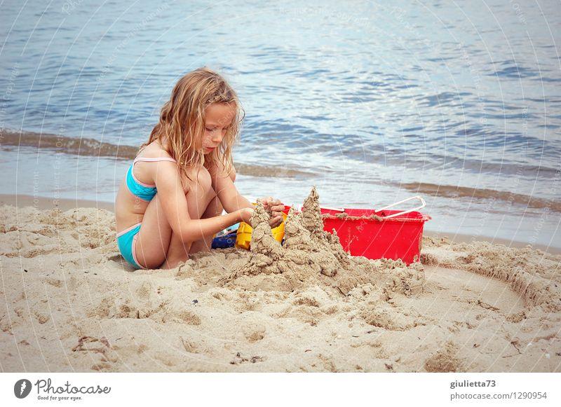 Sandburgen bauen am Meer Mensch Kind Ferien & Urlaub & Reisen schön Sommer Mädchen Strand natürlich feminin Spielen Haare & Frisuren träumen Freizeit & Hobby