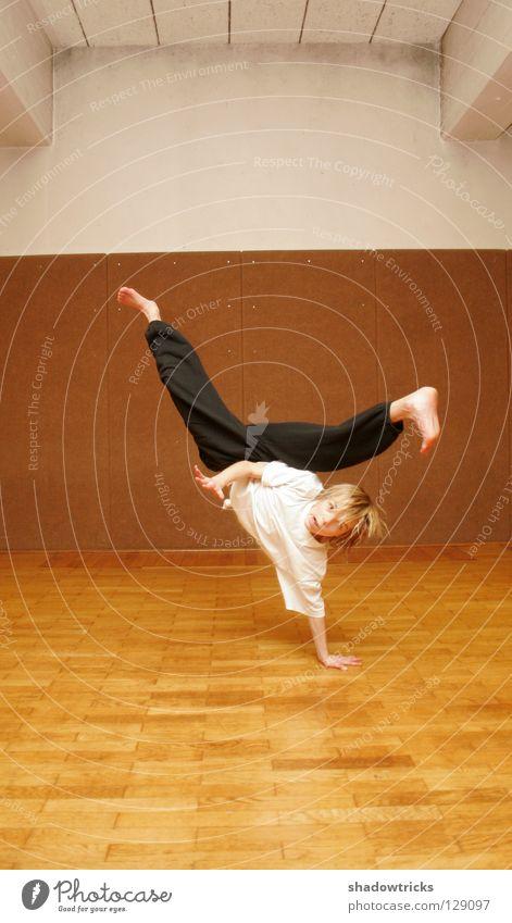 Funky Akrobatik im Kreuzfahrtschiff Sport Spielen Stil Haare & Frisuren Körper Hose sportlich Kampfkunst beweglich Muskulatur Tänzer Akrobatik Karate Kick Breakdancer Sporthalle