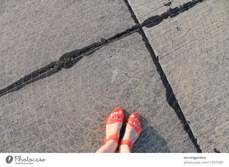 x-beinig zur dead-line. Sommer feminin Junge Frau Jugendliche Erwachsene Fuß 1 Mensch Mode Schuhe Sandale Kreuz Linie stehen grau orange standhaft Einsamkeit