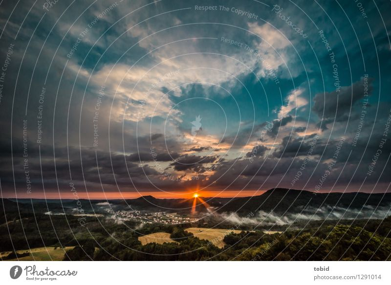 Sunset Himmel Natur Sommer Einsamkeit Landschaft Wolken Ferne Wald Berge u. Gebirge Wiese Horizont Feld Nebel Idylle einzigartig Schönes Wetter