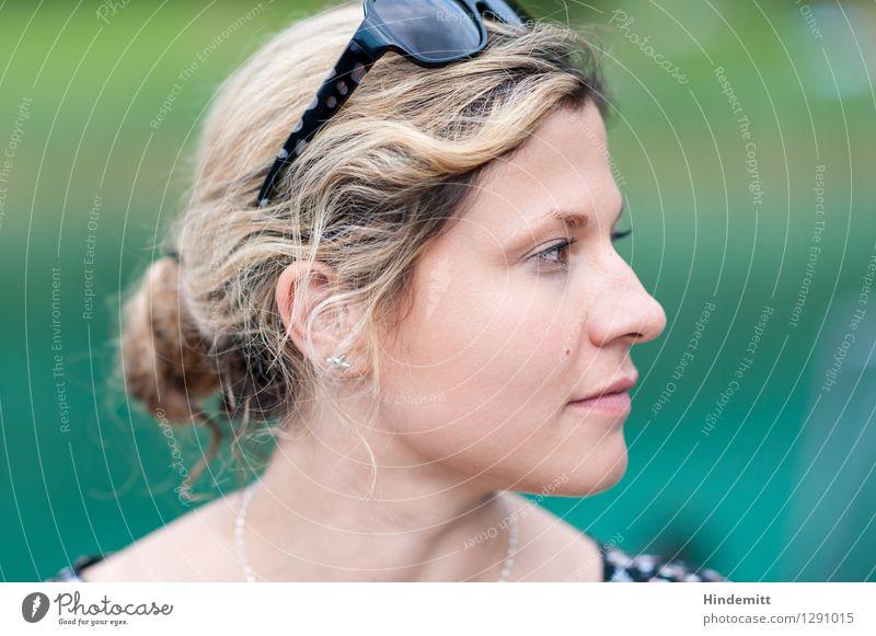 Skeptisch Stil schön Haare & Frisuren Gesicht Erholung Meditation Ferien & Urlaub & Reisen Sommer feminin Junge Frau Jugendliche Erwachsene Kopf 1 Mensch