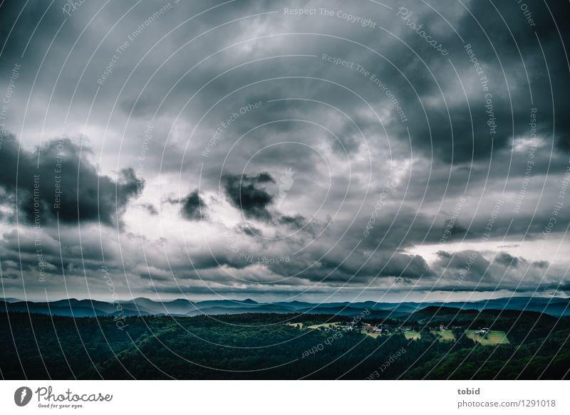 Bedrohlich Natur Landschaft Urelemente Himmel Wolken schlechtes Wetter Unwetter Wind Sturm Feld Wald Hügel Dorf bedrohlich dunkel Ferne Waldlichtung Horizont
