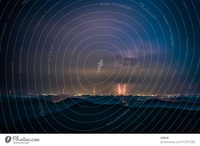 Gewitter am Horizont Natur Landschaft Urelemente Himmel Wolken Gewitterwolken Nachthimmel schlechtes Wetter Unwetter Blitze Wald Hügel Berge u. Gebirge Gipfel