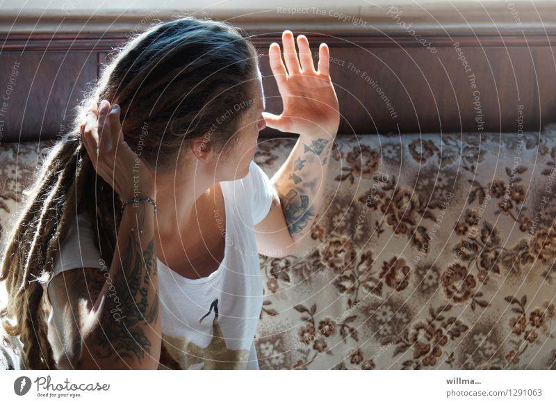 Tätowierte Jugendliche mit Rastas hebt diskutierend die Hände Junge Frau Rastalocken sprechen Kommunizieren Konflikt & Streit tätowiert gestikulieren Gegenlicht
