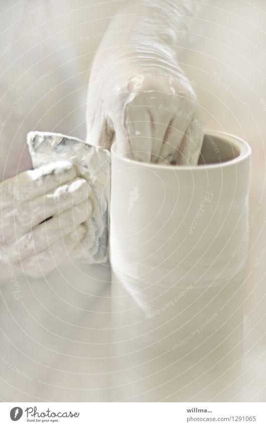 tonabnehmer Hand hell Kreativität Handwerk Behälter u. Gefäße gestalten Kunsthandwerk Ton Keramik Töpferei Töpferwaren Kunsthandwerker Werkstatt Ton-in-Ton