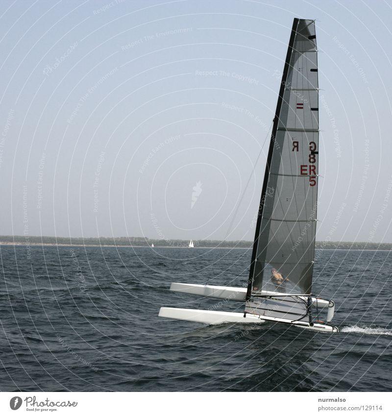 Dualpower Wasserfahrzeug Segelboot Oberkörper Meer Geschwindigkeit Segeln Kick gleiten Regatta Mann Kraft Erfolg Horizont Osten Süden Wellen Wellengang Küste