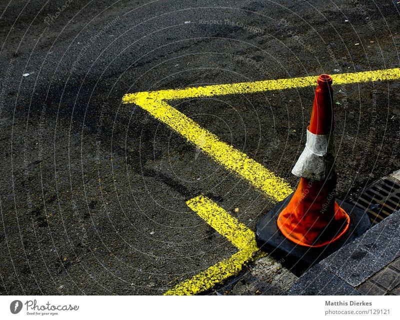 Straßenbau Renovieren Baustelle Verkehrswege Schilder & Markierungen Linie Farbe Warnfarbe Asphalt Gully Sanieren Parkverbot Halteverbot Verkehrsleitkegel