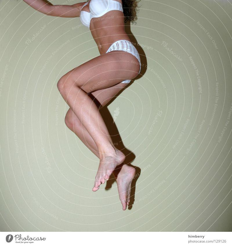 mädchenfoto Frau Wade weiß Unterwäsche springen Sonntagmorgen Guten Morgen Bad feminin Knie Bekleidung Hotel BH Wäsche Erotik Akt Beine Fußknöchel Dynamik