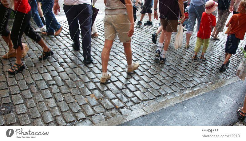 Walk Mann Straße Menschengruppe Beine Fuß Schuhe gehen laufen Hose Kopfsteinpflaster