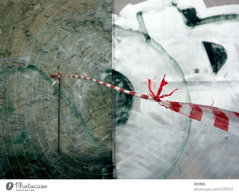 konstruiert Beton Chrom Barriere schließen gestreift zweiteilig Knoten verfallen Warnhinweis Warnschild Graffiti Wandmalereien Straße street in der stadt