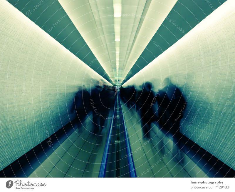 Raum und Zeit Zeitreise Tunnel Zukunft gehen Bewegung passieren fließen Licht London Underground fremd anonym flüchten flüchtig laufen Vergangenheit vergessen