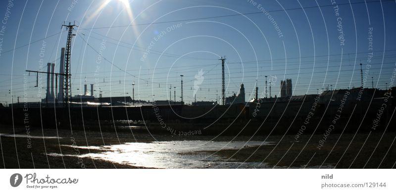 sonne über sendling (schwer vershopped) Gleise Stadt Gegenlicht kalt Eis Eisfläche gefroren Oberleitung Spiegel Licht Südbahnhof Sonnenstrahlen Winter frieren