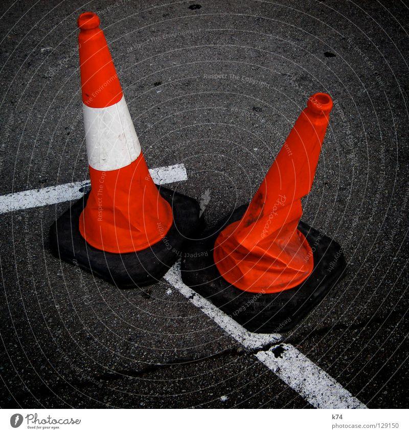 ZWEI HÜTCHEN Hut Baustelle Barriere gesperrt Verbote rot weiß Asphalt Teer Fahrbahn Zusammensein gleich Verschiedenheit Falte Unfall Absicherung Sicherheit