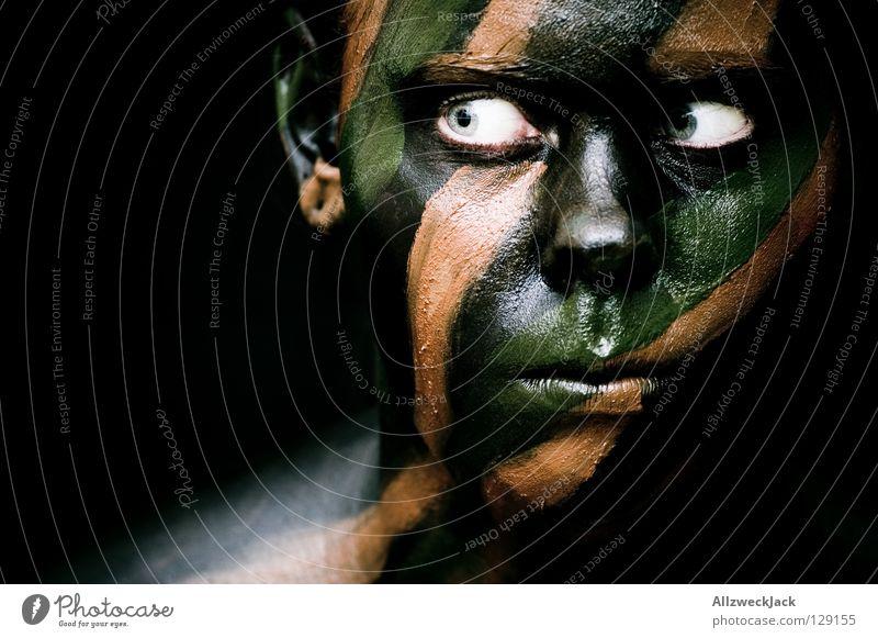 Camouflage Girl (2) - auf der Pirsch Frau grün Gesicht schwarz Auge dunkel Stil braun Kraft Angst Macht gefährlich Bad bedrohlich Maske streichen