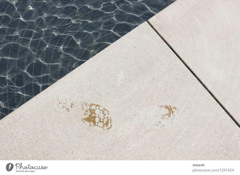 Footprints Schwimmbad Schwimmen & Baden Stein Wasser Fußspur gehen maritim nass blau weiß Beginn Freiheit Kraft Leben Problemlösung Mut Ordnung Perspektive