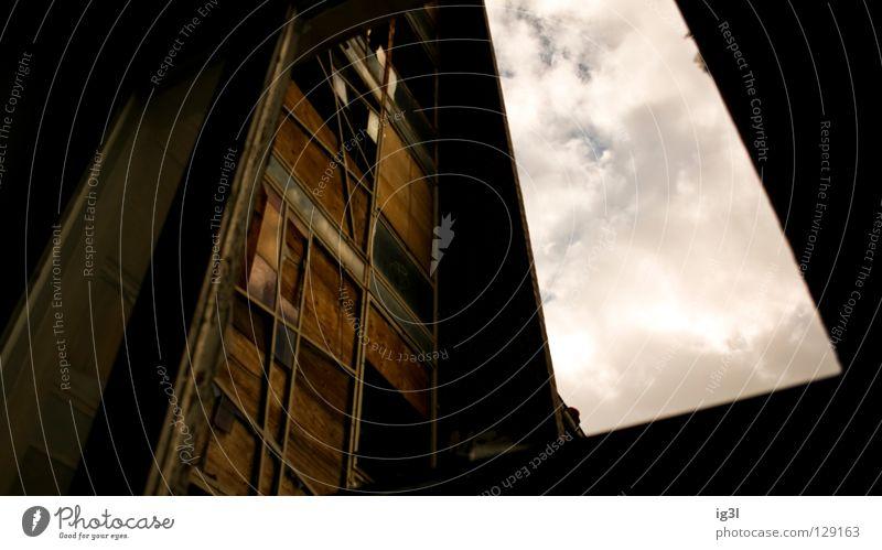 :.: Level 1 .: Ruine baufällig Abrissgebäude Wolken Fenster Haus verfallen Vergänglichkeit Zeit Vergangenheit dunkel aufwärts hoch abrissreif