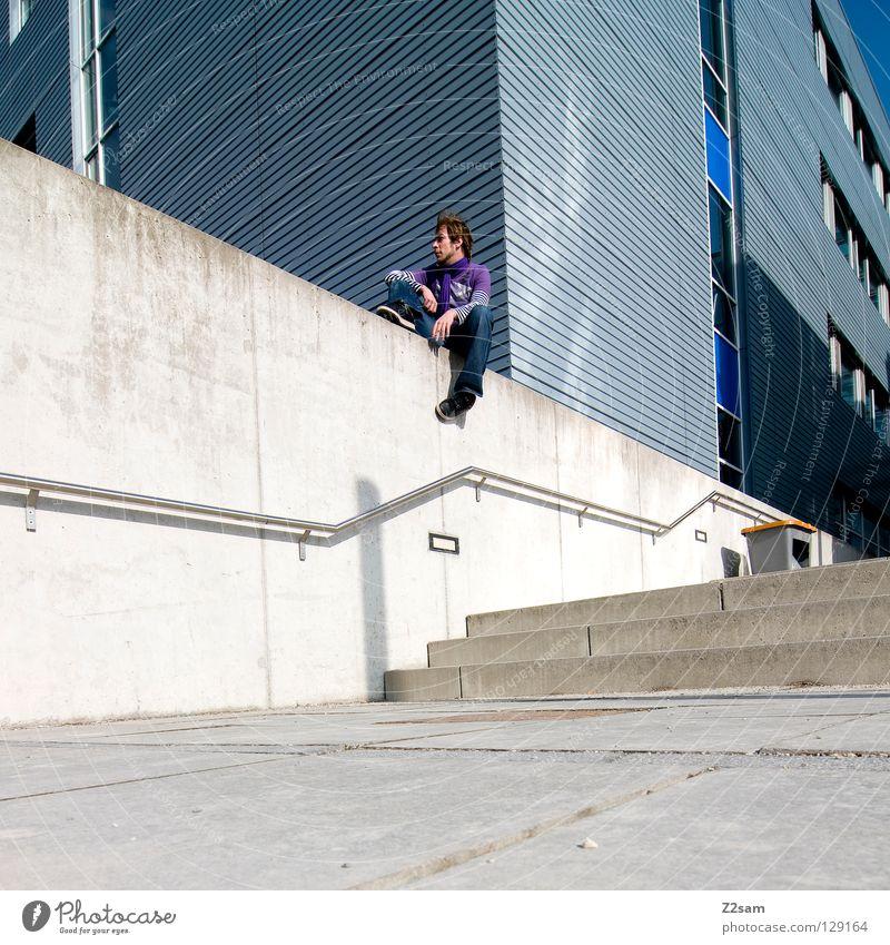 kreativpause Mensch Mann Jugendliche weiß ruhig Farbe Erholung Wand Architektur Stil Gebäude Mauer Lampe blond Arme glänzend