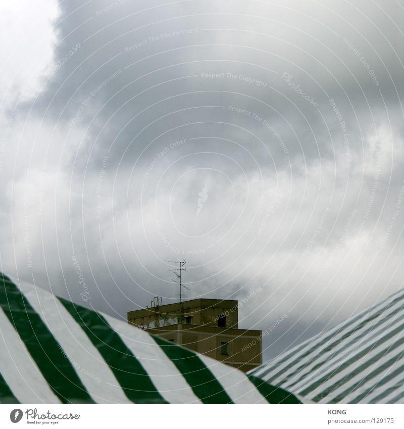 mit aussicht. Himmel Wolken Haus Herbst oben Architektur Horizont Hintergrundbild Nebel Beton modern Streifen Dach gestreift Zelt Plattenbau