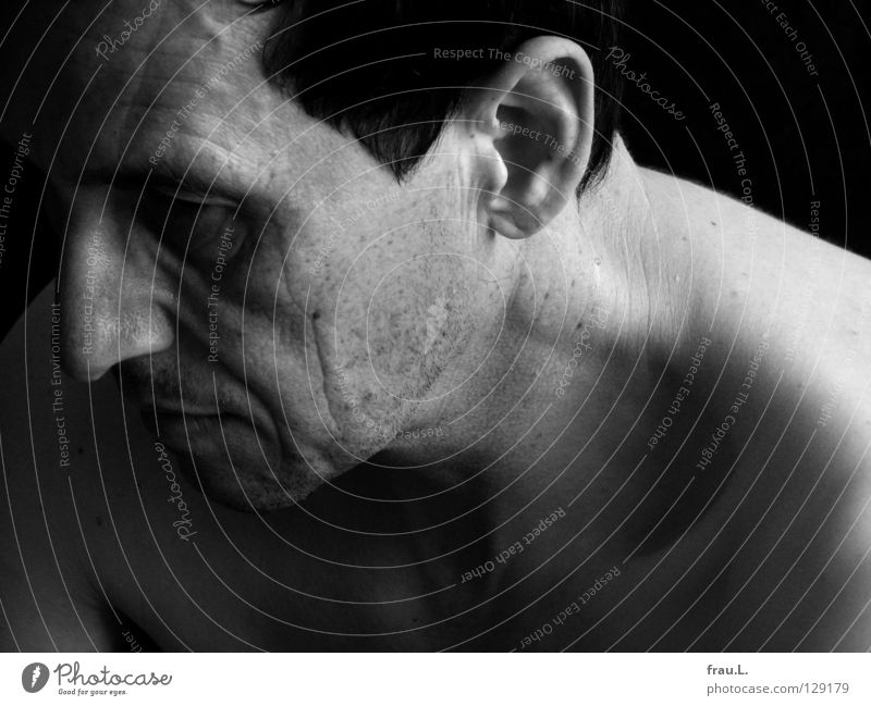 Profil Mann Nacken nackt Licht Porträt Nervosität Schulter 50 plus Mensch Senior Falte Schulterm Ohr Haut Stoppel Bartstoppel Schatten Porträit Gesicht