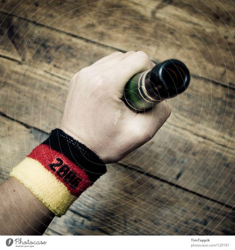 GRÖHL! Tisch Tischplatte Holz Hand Deutsche Flagge Fahne Bier trinken Alkoholisiert Vandalismus Alkoholsucht Faust Fan Weltmeisterschaft Bundesliga Proletarier